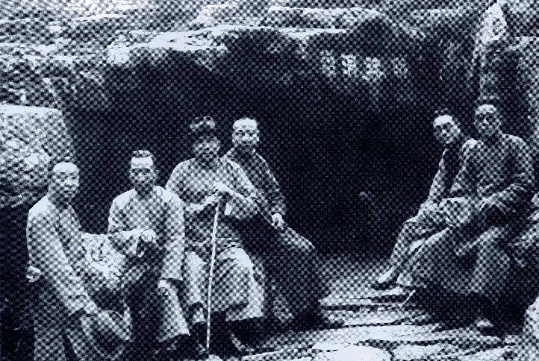 Joueurs de qin visitant la grotte Lianzhudong dans le jiangsu en 1936